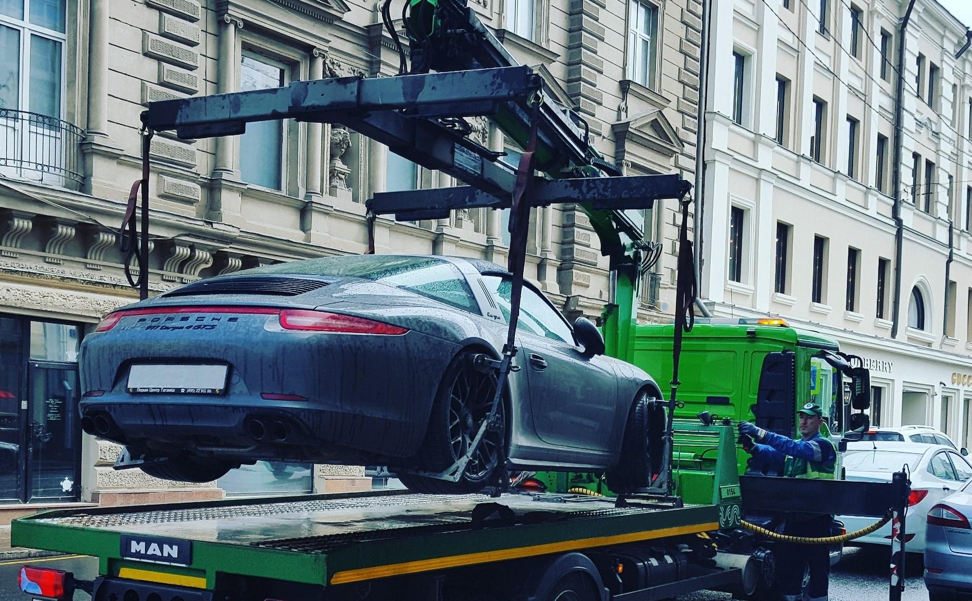 Auf dem Gehweg geparkte Fahrzeuge können abgeschleppt werden