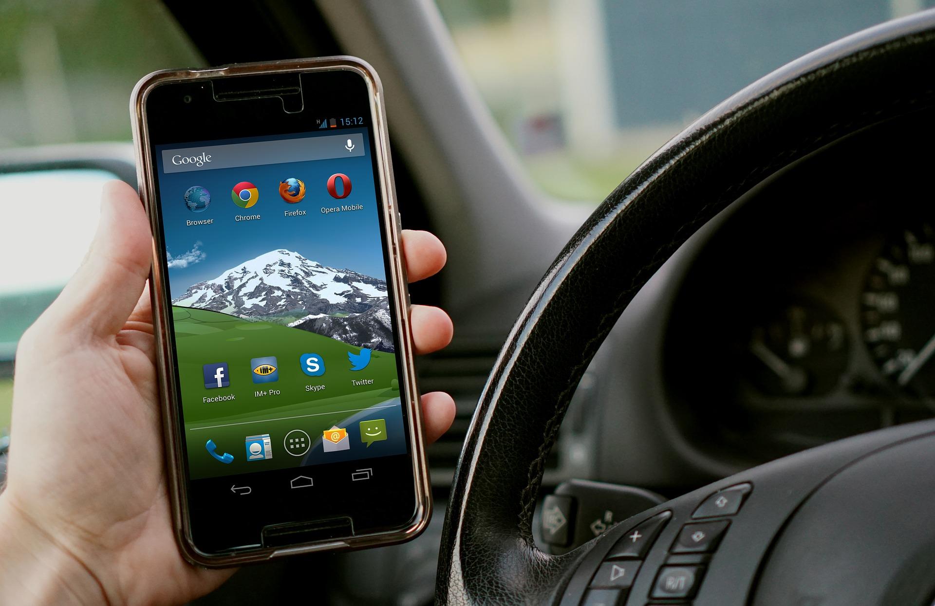 Auch Griff zum Handy, lediglich zur Funktionskontrolle, ist Ordnungswidrigkeit