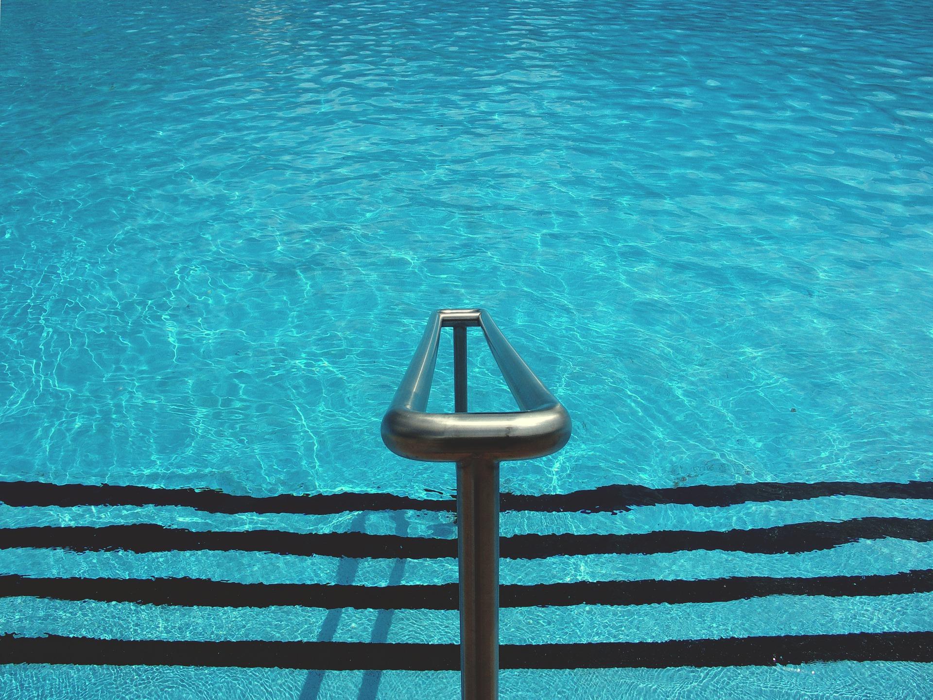 Warnung vor Rutschgefahr im Nassbereich eines Schwimmbades ist nicht erforderlich