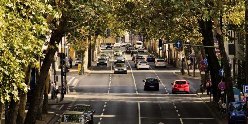 Straße mit Autos und Baume