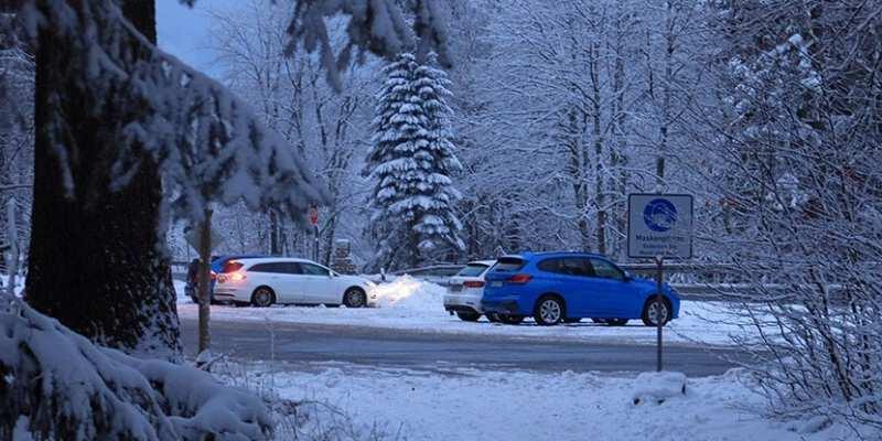 Schnee und Autos